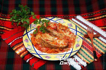 Готовую тушеную рыбу выложить порционными кусками на тарелки и полить соусом