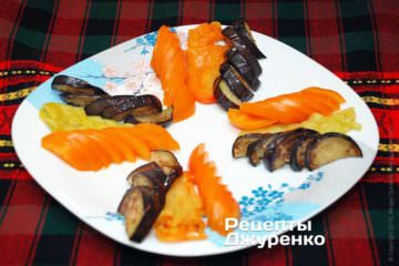 Поочередно уложить на тарелку нарезанные овощи