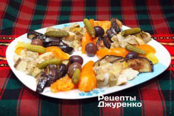 Выложить грибы, оливки и корнишоны