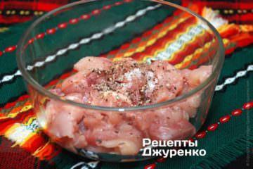 Нарезать куриное мясо и добавить специи