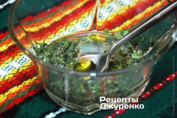 Смешать оливковое масло, базилик и соль