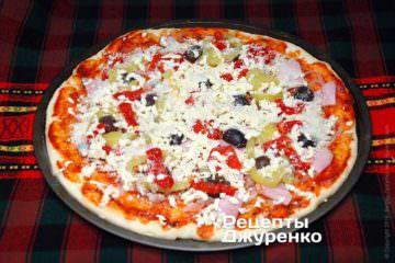 Посипати піцу пармезаном