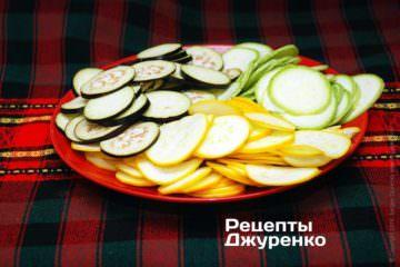 Нарізати всі підготовлені овочі