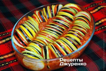 Уложить нарезанные овощи поверх соуса