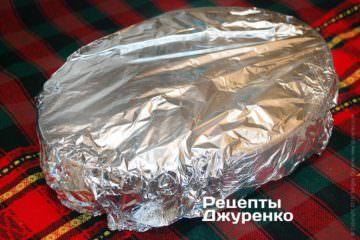 Обернути форму з рататуєм харчовою фольгою