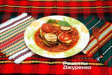 Набольшую тарелку выложить столбиками овощи изрататуя