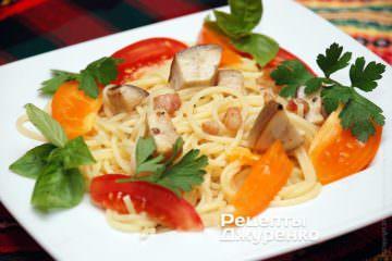 Викласти  спагетті на тарілки