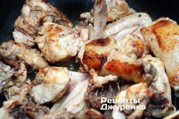 Обжарить нарубленную курицу
