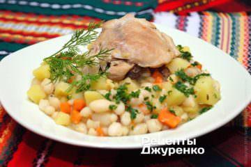 Викласти квасолю з куркою в глибокі супові тарілки