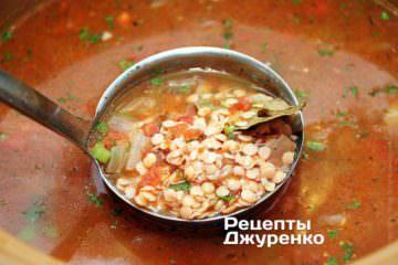 Чечевицу и овощи залить водой и варить до готовности