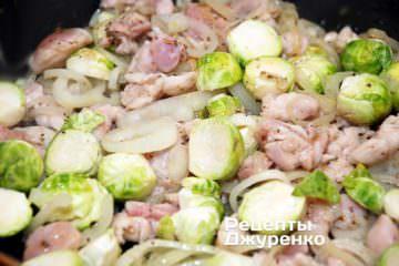 Добавить подготовленные кочанчики брюссельской капусты