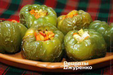 Начинить испеченные перцы обжаренными овощами