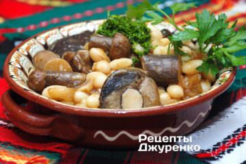 Посыпать фасоль и грибы зеленью