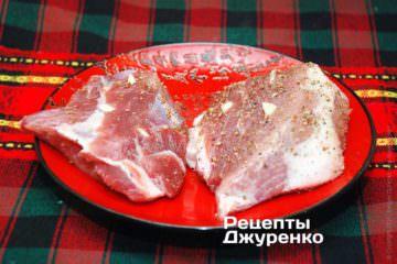 Нашпигувати м'ясо часником