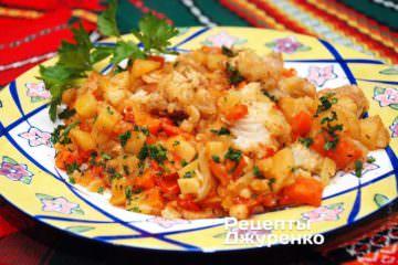 Поочередно выложить рыбу и все овощи на тарелки