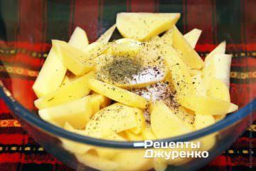 Очищену картоплю нарізати
