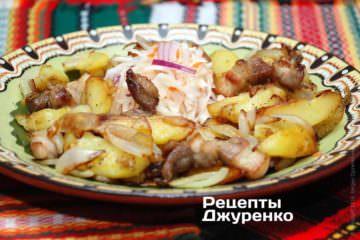 Картопля смажена на сковороді подається виключно гарячою