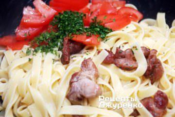 Змішати пасту, м'ясо, помідор і зелень