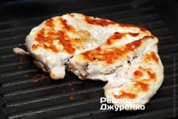 Обжарить куриное филе на гриле
