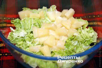 Добавить нарезанный ананас