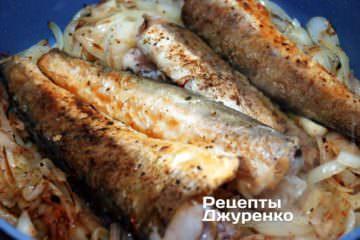 Тушить рыбу с луком