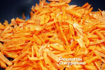 Вразогретое масло выложить натертую морковь