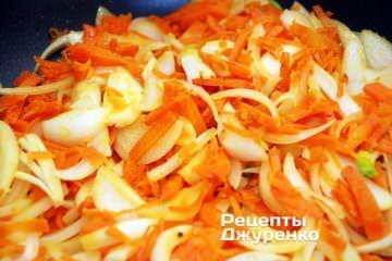 Додати до обсмаженої морквини нарізану цибулю