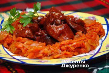 Выложить на тарелку гарнир и свинину в соуса