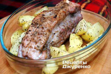 Додати картоплю до м'яса