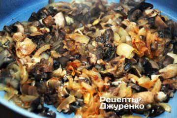 Обжарить лук вместе с грибами