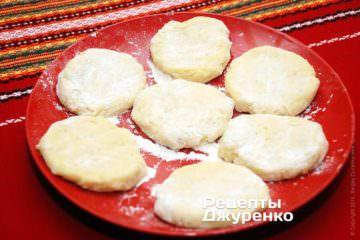 Сформировать лепешки из картофельного теста