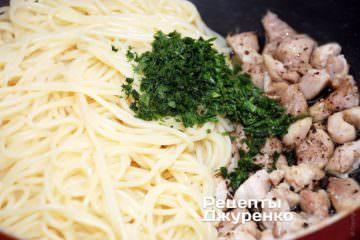 Смешать отваренные спагетти, зелень и обжаренную курицу