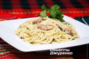 Выложить спагетти натарелки