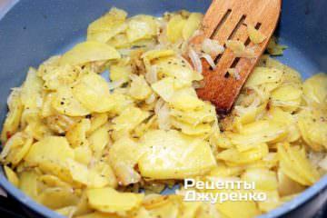 Смажити картоплю з цибулею майже до готовності картоплі
