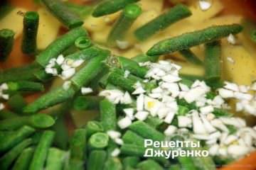 Додати в суп картоплю і часник