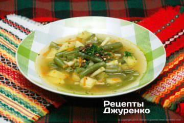 Розлити суп в тарілки