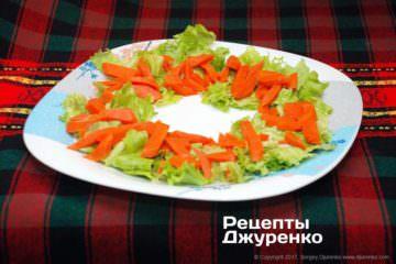 разложить отваренную морковку