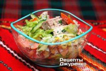 розкласти салат в вазочки