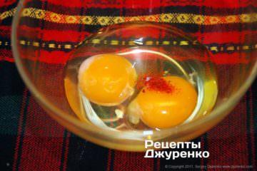 Смешать яйца и специи