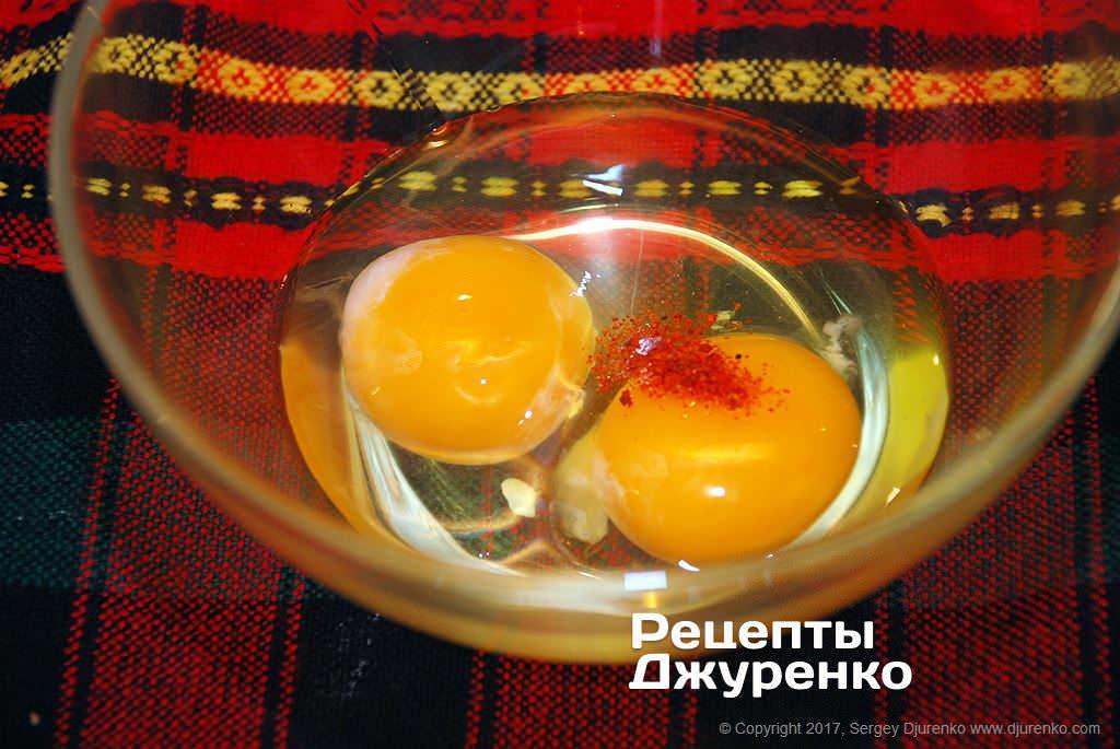 Как приготовить Куриное филе в кляре. Шаг 5: Смешать яйца и специи