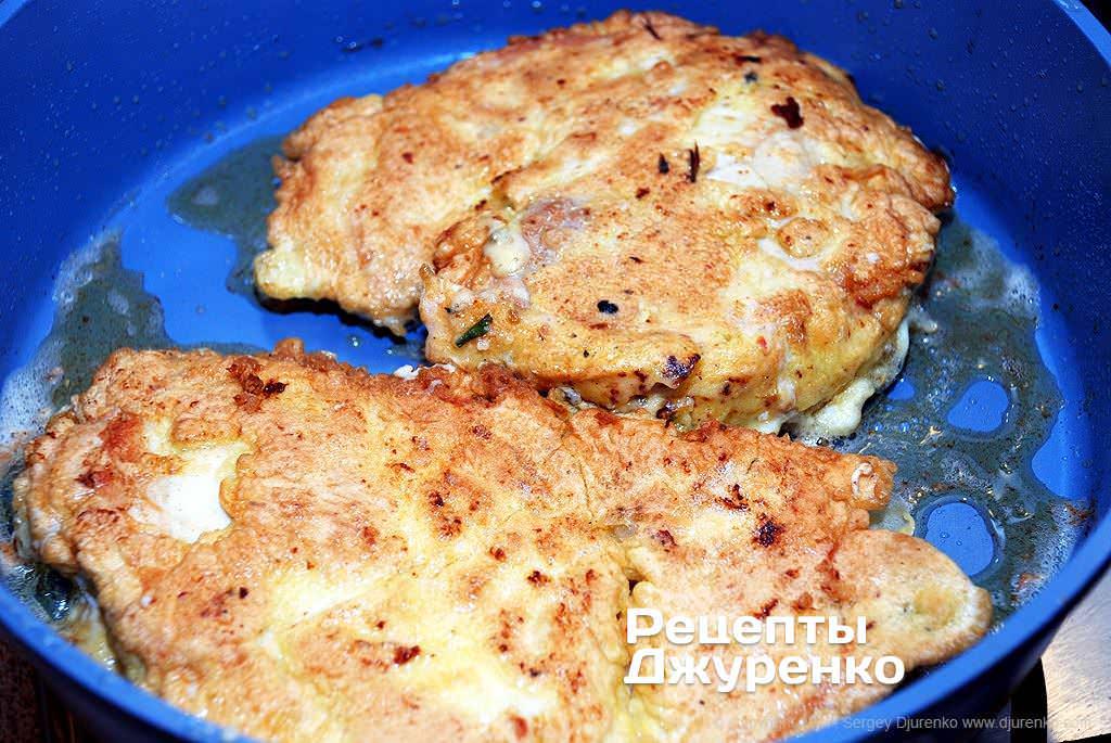 Как приготовить Куриное филе в кляре. Шаг 13: Жарить куриное филе до готовности