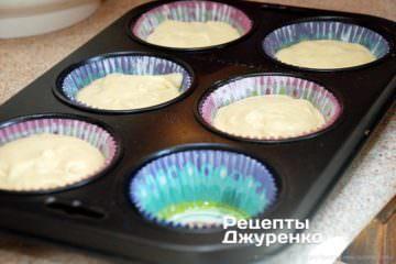 налити тісто в формочки