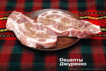 Обсипати м'ясо спеціями