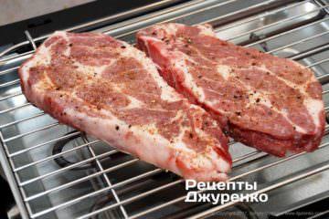 Выложить куски мяса нагриль