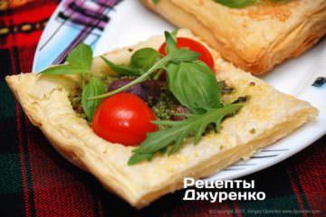 Фото к рецепту: мини-пицца на слоеном тесте