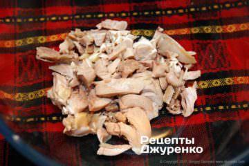 Нарезать куриное мясо полосками