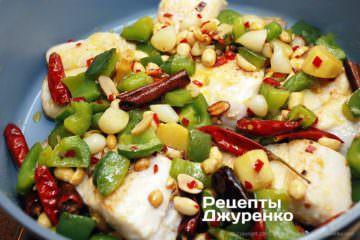 Засыпать рыбу обжаренными овощами