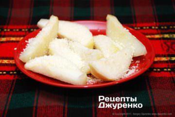 Обваляти шматочки груші в натертому пармезані