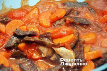 Додати помідори, спеції і влити бульйон