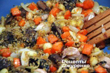 Обжарить крупу с овощами